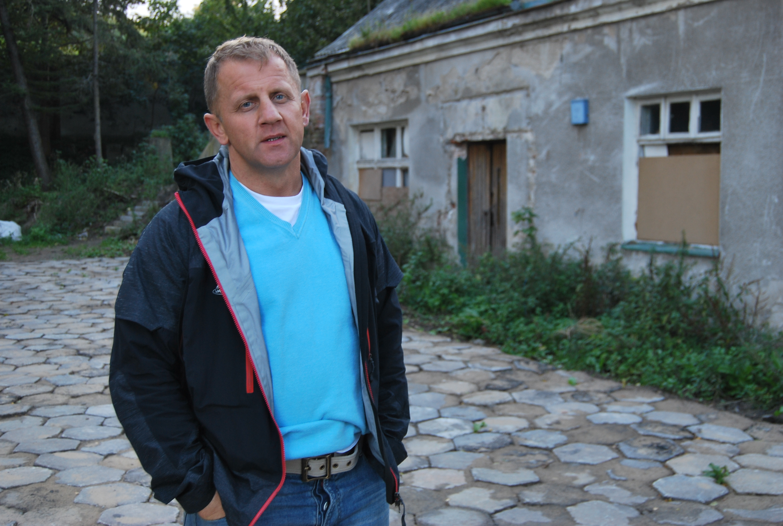 17-dsc_9700-czeslaw-kowalczyk-przed-swoim-domem-w-ktorym-bezdomi-urzadzili-meline-1