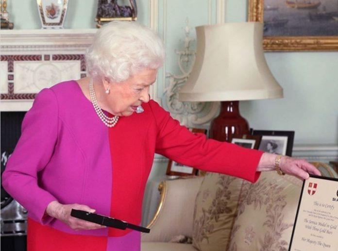 Królowa Elżbieta II cios
