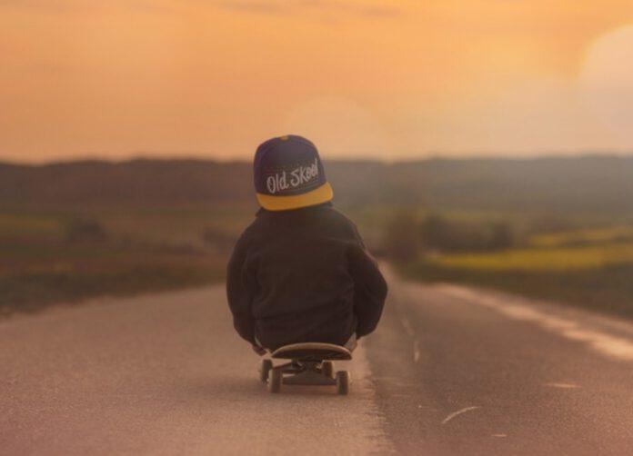 dziecko przy drodze