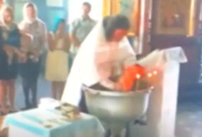 ksiądz podczas chrztu